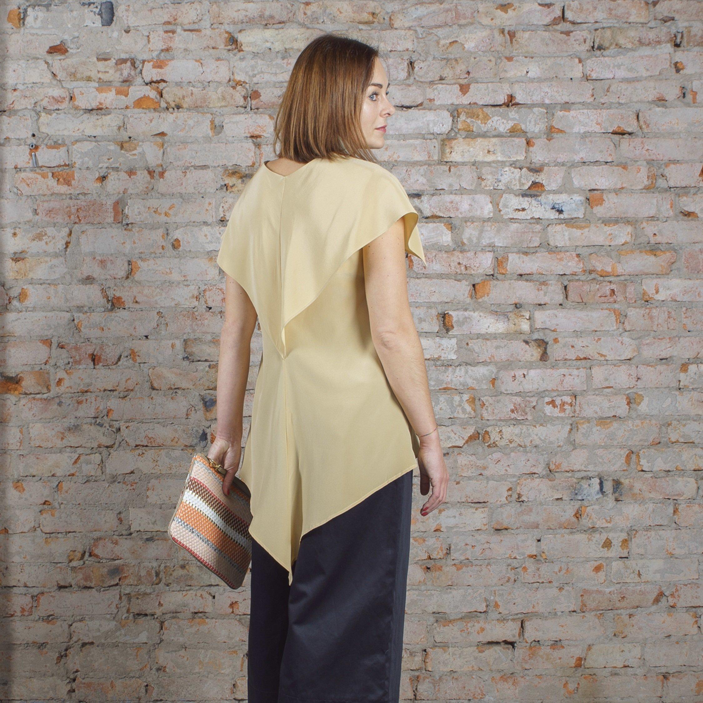 Блуза бежевая с пелериной