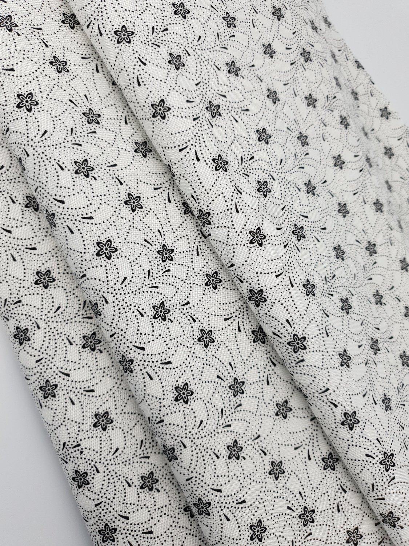 Hvit sort små blomster
