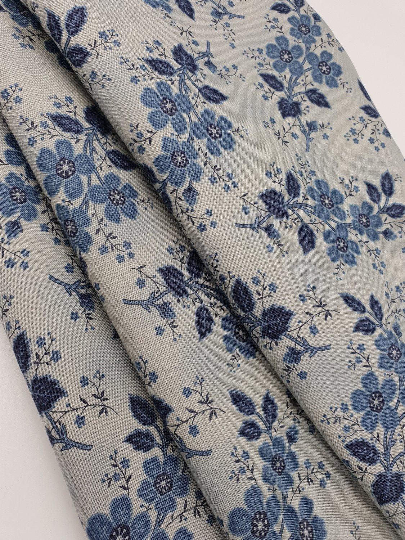 Blågrå med blå blomster