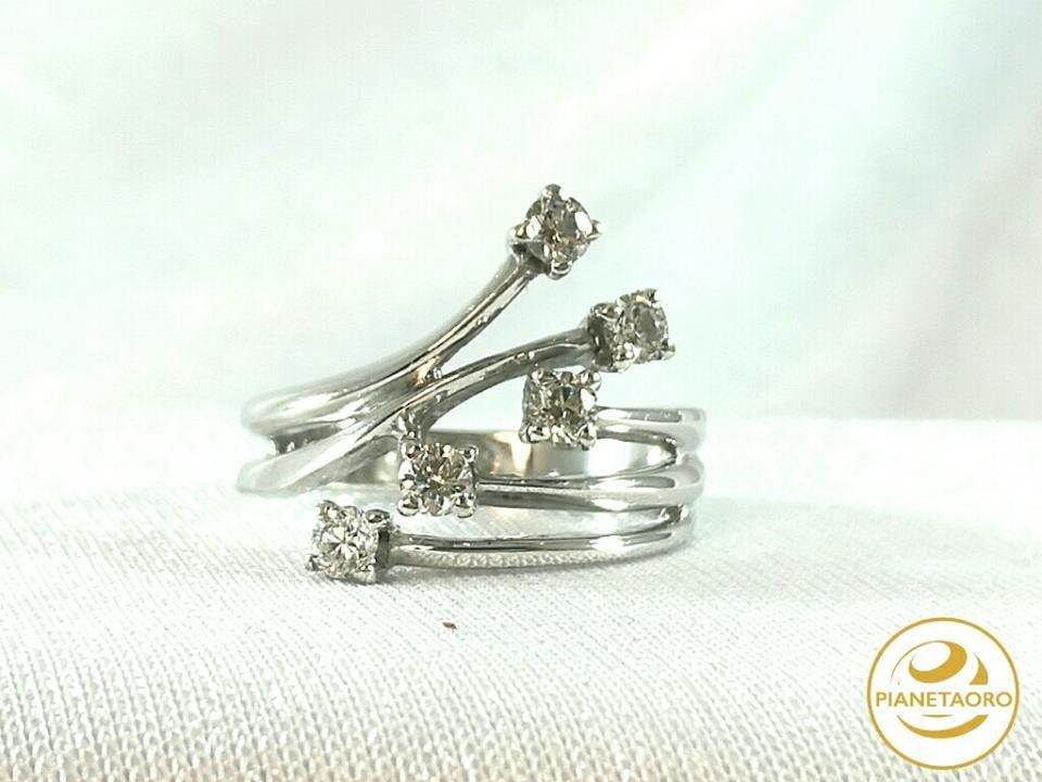 Anello in oro bianco 18 carati con 5 brillanti per una caratura totale di 0.40/color h. gr 6.51 MISURA 15 F6225-B