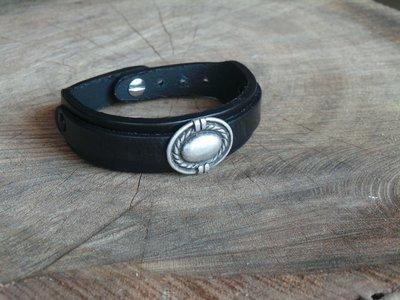Bracelet en Cuir Double Lanière avec Motif Ovale Finition Argent Vieilli