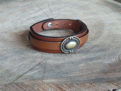Bracelet en Cuir Double Lanière avec Motif Ovale Finition Laiton Vieilli
