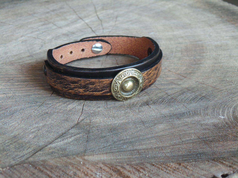 Bracelet en Cuir Double Lanière avec Motif Rond Finition Laiton Vieilli
