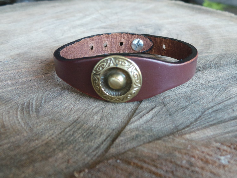 Bracelet en Cuir Simple avec Motif Rond Finition Laiton Vieilli