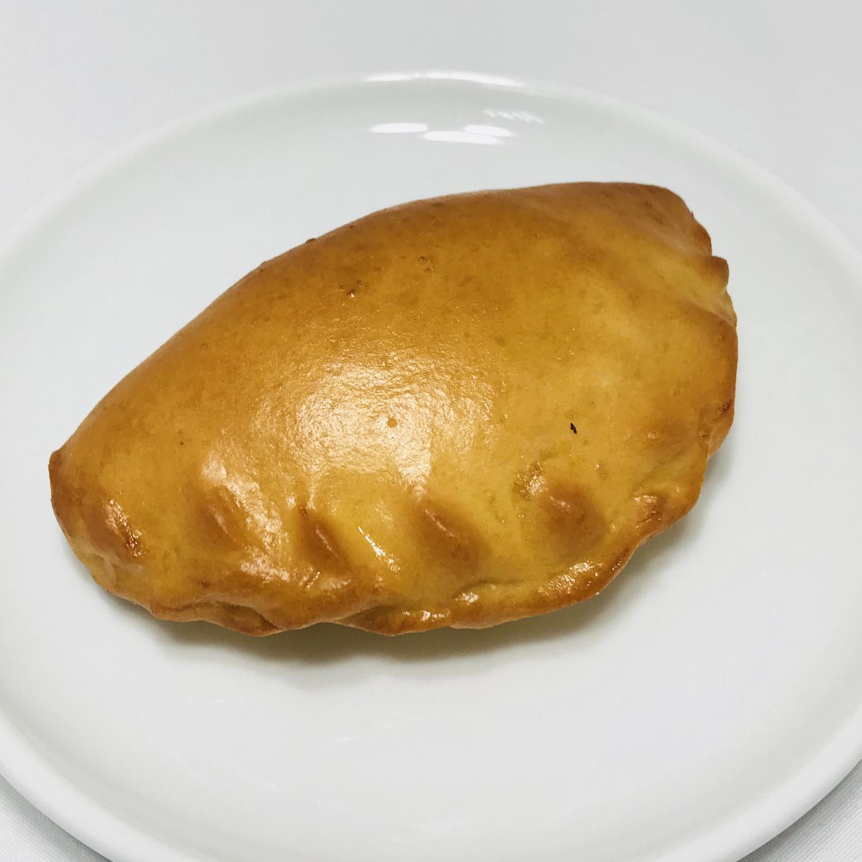 Пирожок с луком и яйцом