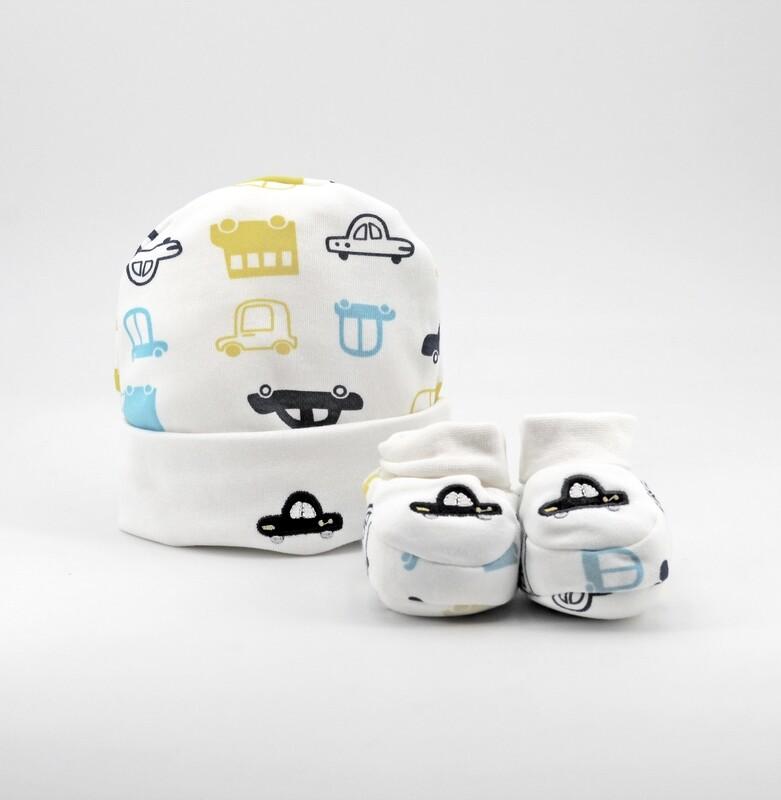 Completo in cotone cappellino e scarpine bianche con fantasia automobili Pz. 1