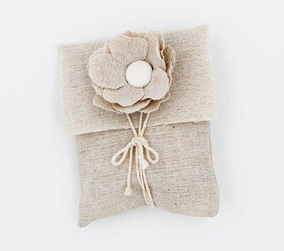 Busta ecrù con fiore + targhetta confezione da 12 pezzi