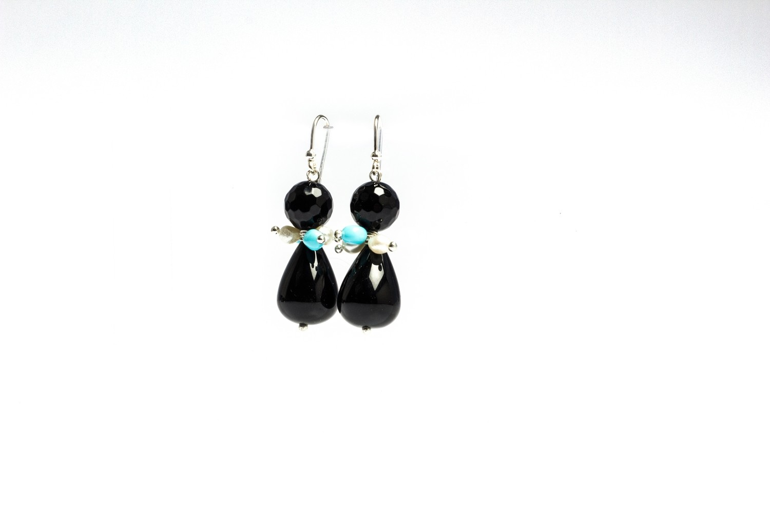 Orecchini in argento 925 con pendente in agata nera e dettagli di perline di fiume e pasta di turchese - 925 Silver earrings with black agate pendant and river bead and turquoise paste details