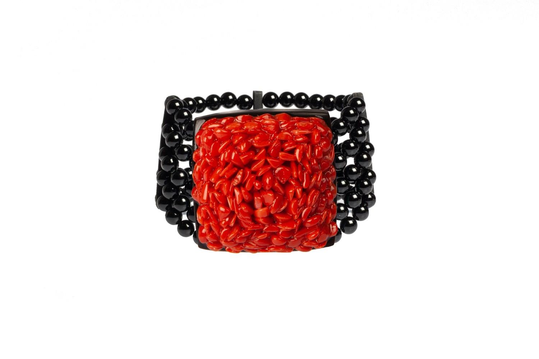 Bracciale in ebano e agata nera con chips di corallo. Forma quadrata - Ebony bracelet and black agate with coral chips. Square shape
