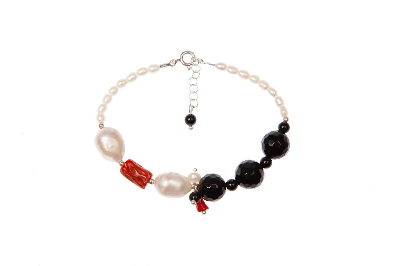 Bracciale in argento 925 con corallo di Sardegna, perle di fiume e agata nera -  925 Silver bracelet with Sardinian coral, river pearls and black agate