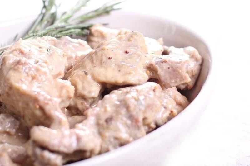 Мясо кролика в сметано-сливочном соусе