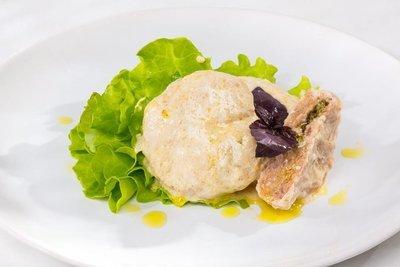 Котлетки из кролика фаршированные сливочным маслом с петрушкой в сливочном соусе