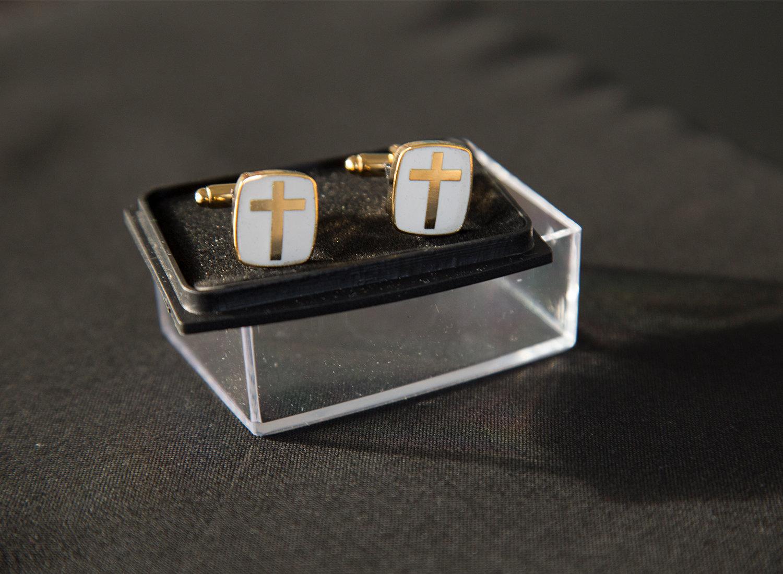 Manchetknapper med kors guld/hvid 00623
