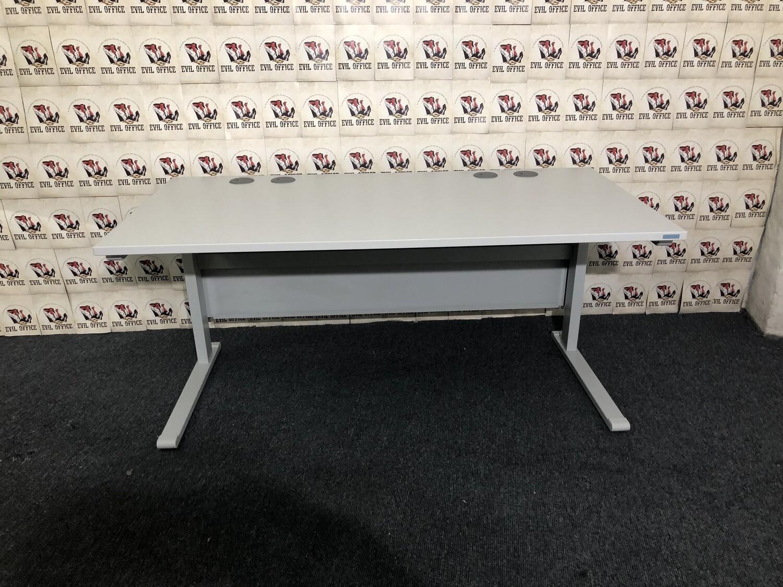 Schreibtisch von Reiß in Lichgrau mit Beinraumblende