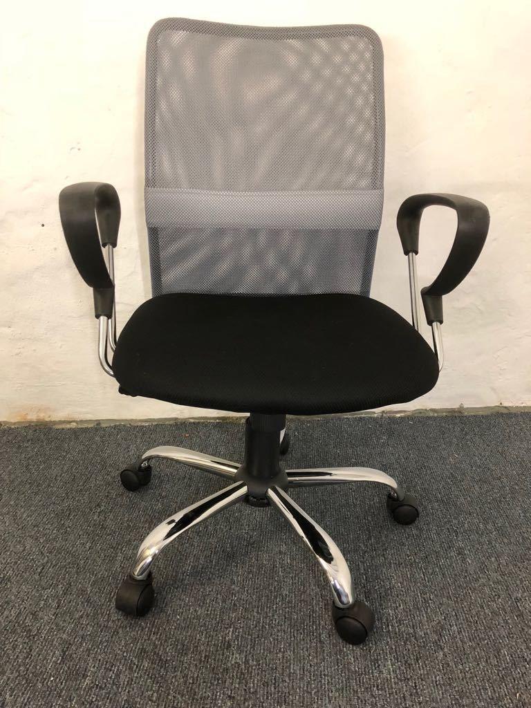Bürodrehstuhl in Grau/Schwarz mit Netzrücken