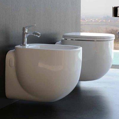 Sanitari sospesi in ceramica serie 500 di POZZI GINORI con sedile copri wc