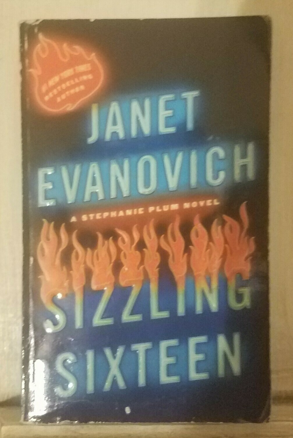Sizzling Sixteen by Janet Evanovich - Paperback