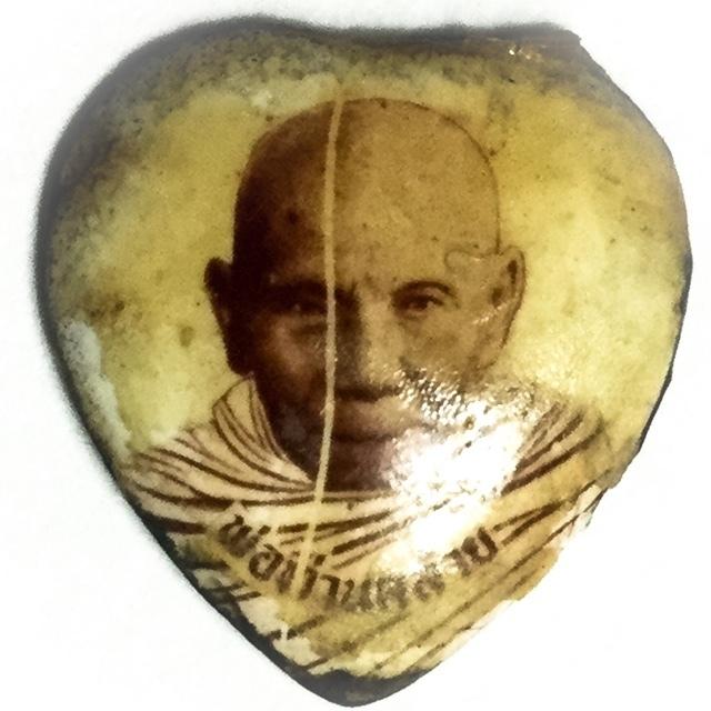 Hua Jai Roop Muean Pim Jiw  - Miniature Heart Shaped Painted Shell Portrait Locket - Por Tan Klai Wajasit 02919