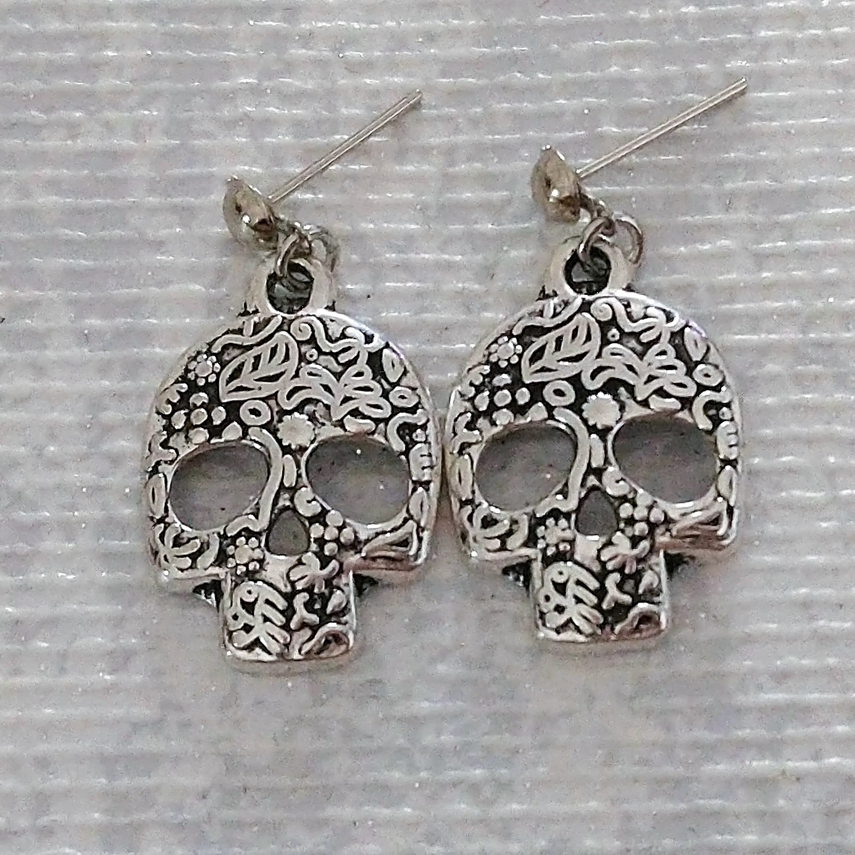 Sugar Skull Earrings.  Fab Gothic or Spooky Present or Gift.   Día de los Muertos Gift for Her. 00090