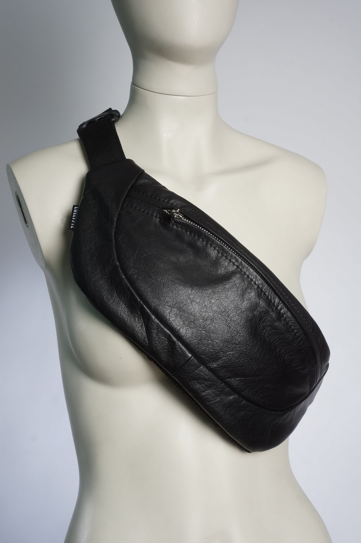 Черная кожаная сумка на пояс