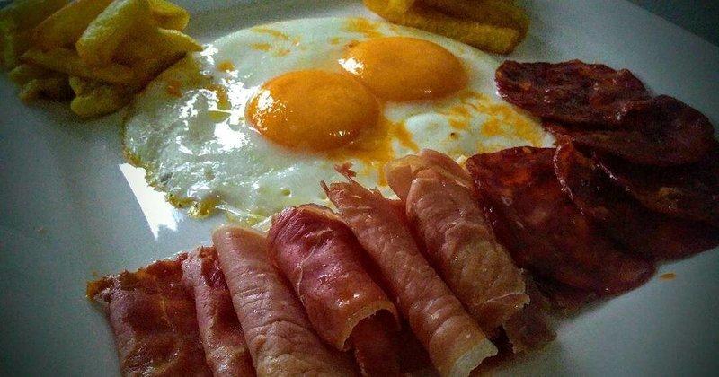 Huevos Fritos con Chorizo $ 5.00