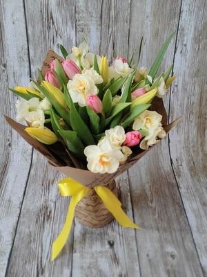 Букет тюльпанов с нарциссами