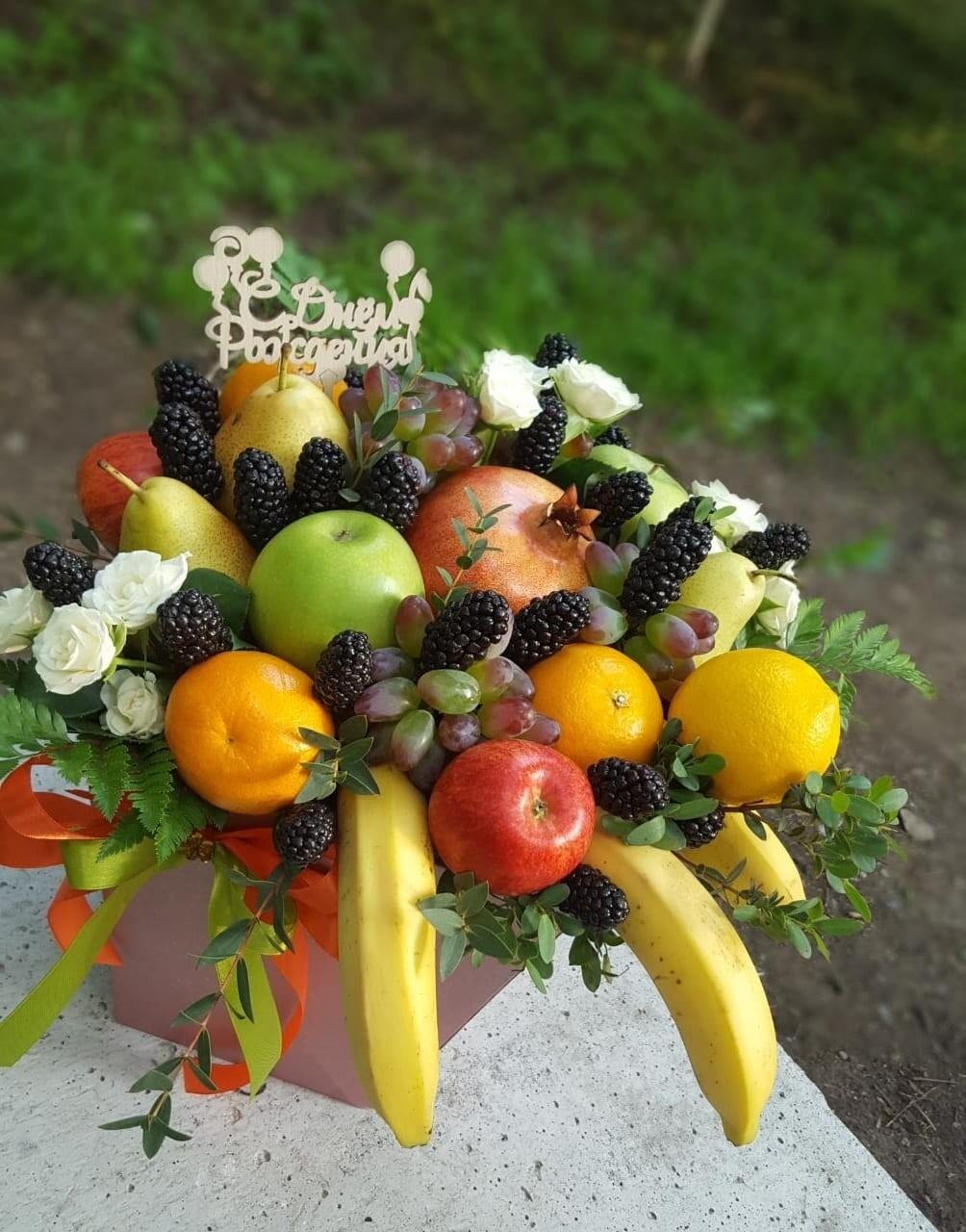 Коробка фруктов с розами