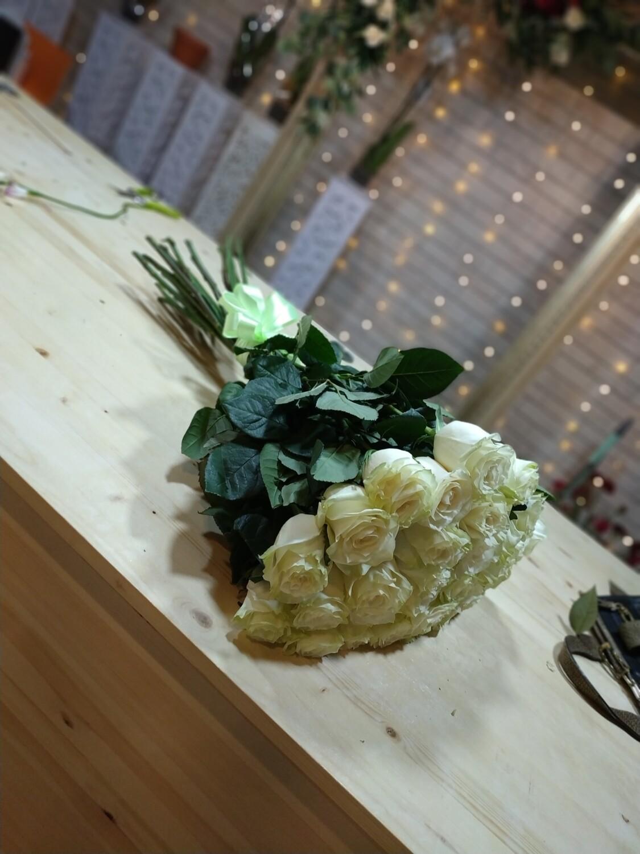 Букет белых высоких роз