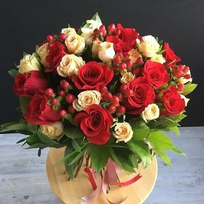 Розы и гиперикум