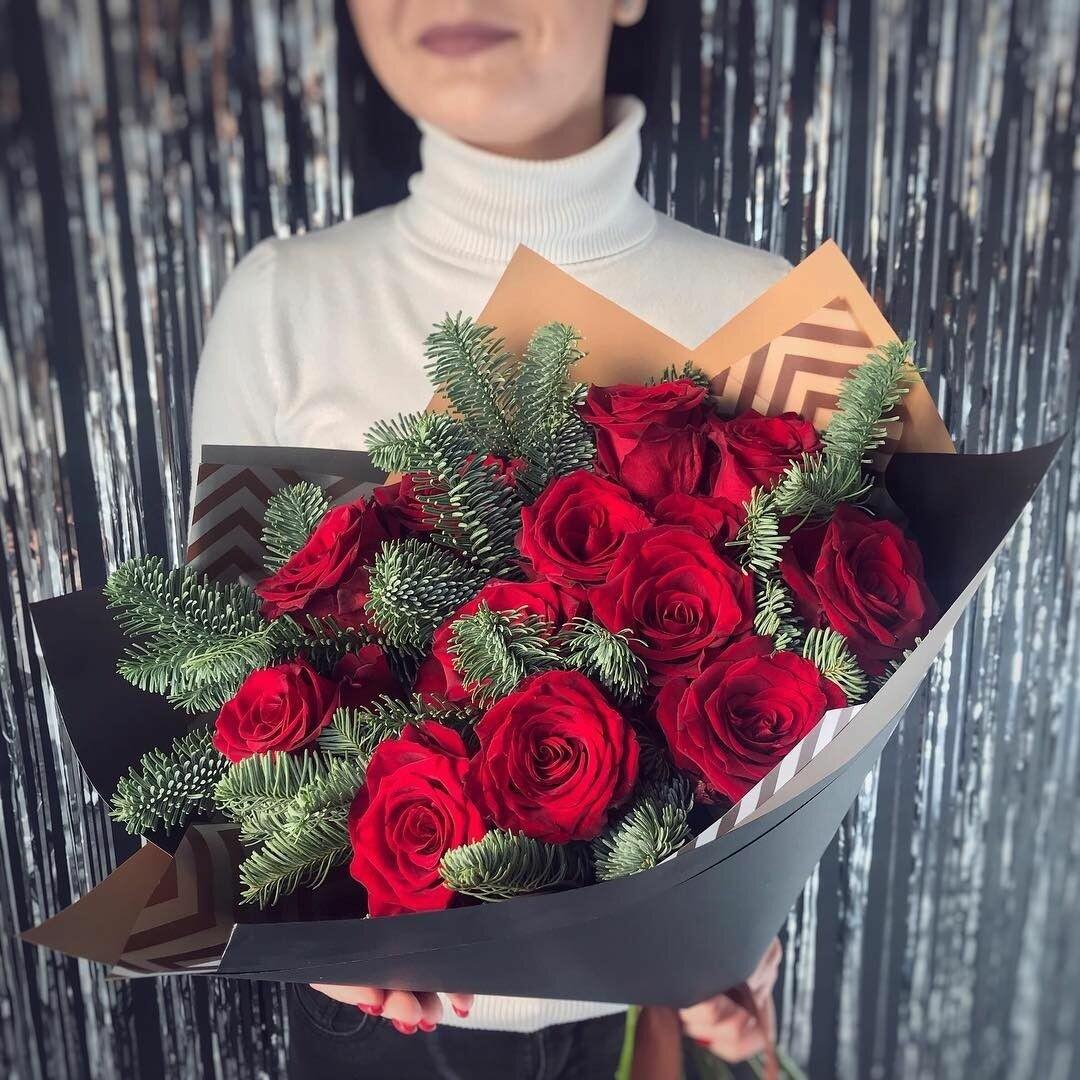 Красные розы с елью