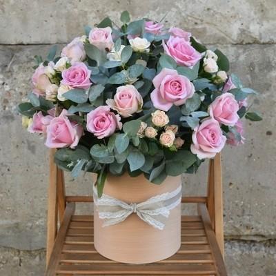 Розы с эвкалиптом в аквабоксе