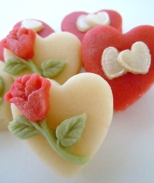 Classic combination of red hearts and rosebuds.