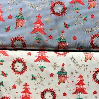 Vánoční bavlna se stromečky, věnci a zlatými detaily na  bílém podkladu