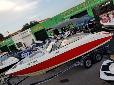 2006 YAMAHA AR 230 HO 23' BOAT. . It's powered by 2 Yamaha High output motors (160 HP each) , Bimini top ,12 passengers