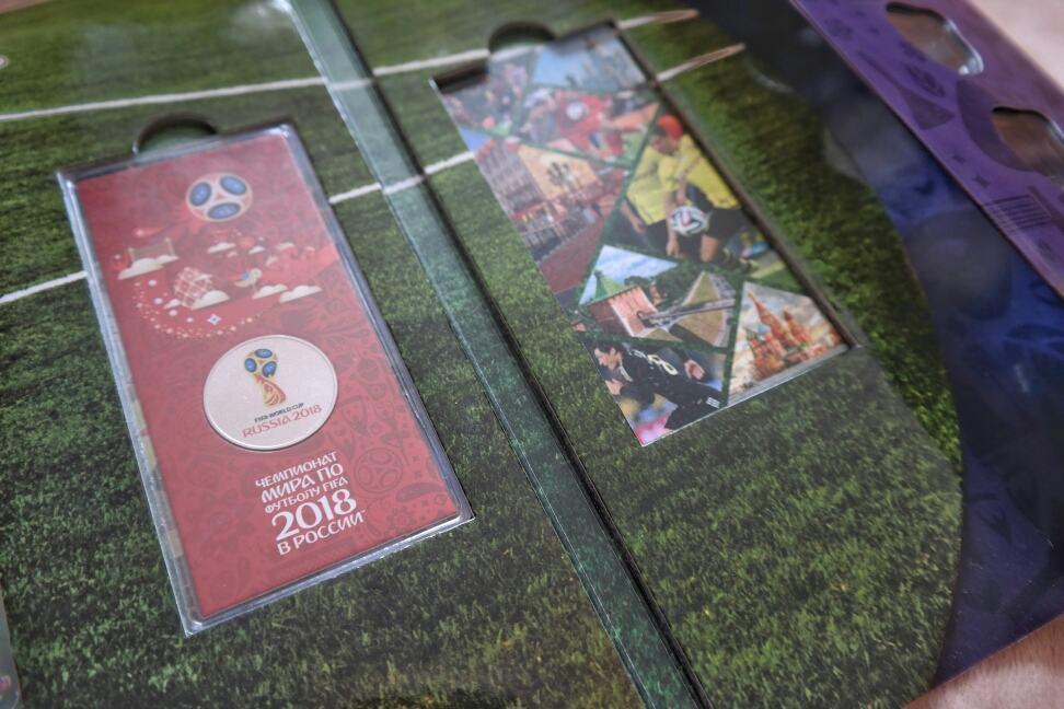 """Комплект альбом для монет серии """"Чемпионат по Футболу"""" и 3 открытки-заглушки"""