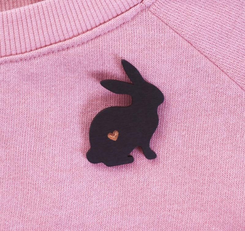 """Значок деревянный в мешочке """"Кролик"""""""