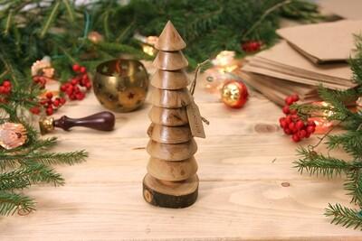 Большая елка из цельной древесины разных пород