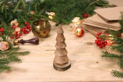 Маленькая елочка из цельной древесины разных пород