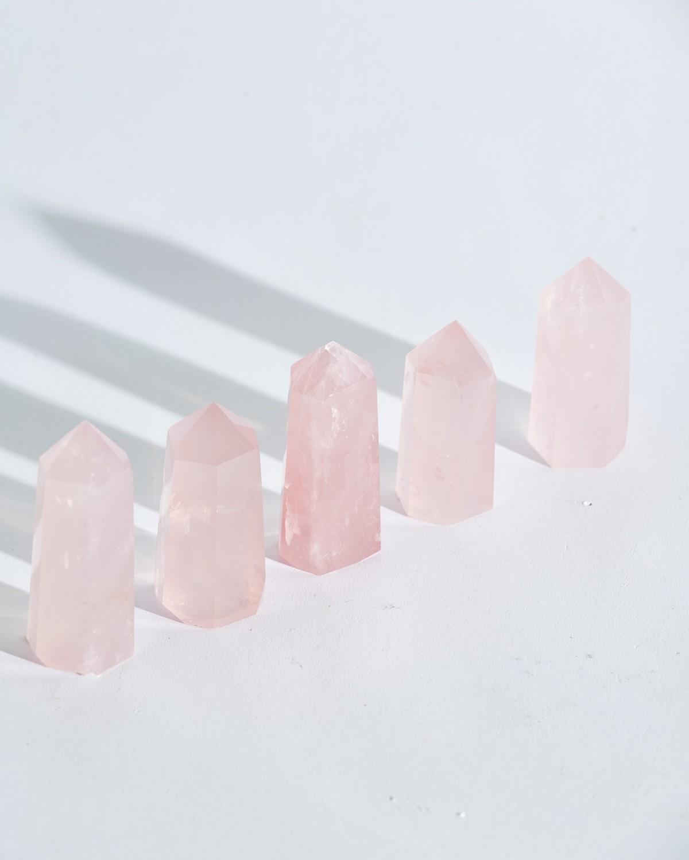 Розовый кварц в форме призмы