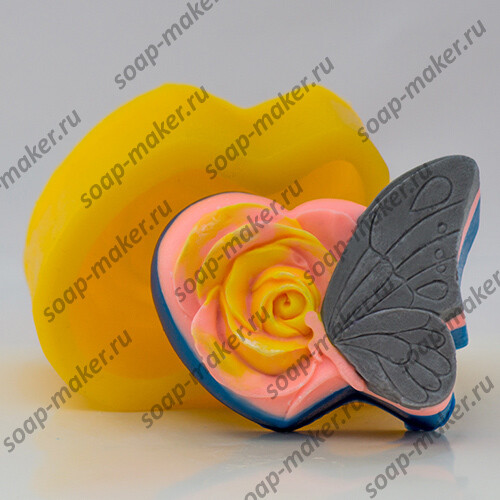 Бабочка на розе