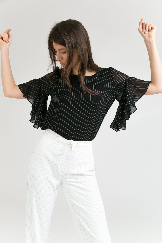 Блузка в полоску с рюшей по рукаву
