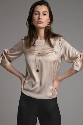 Блузка с драпировкой на рукаве