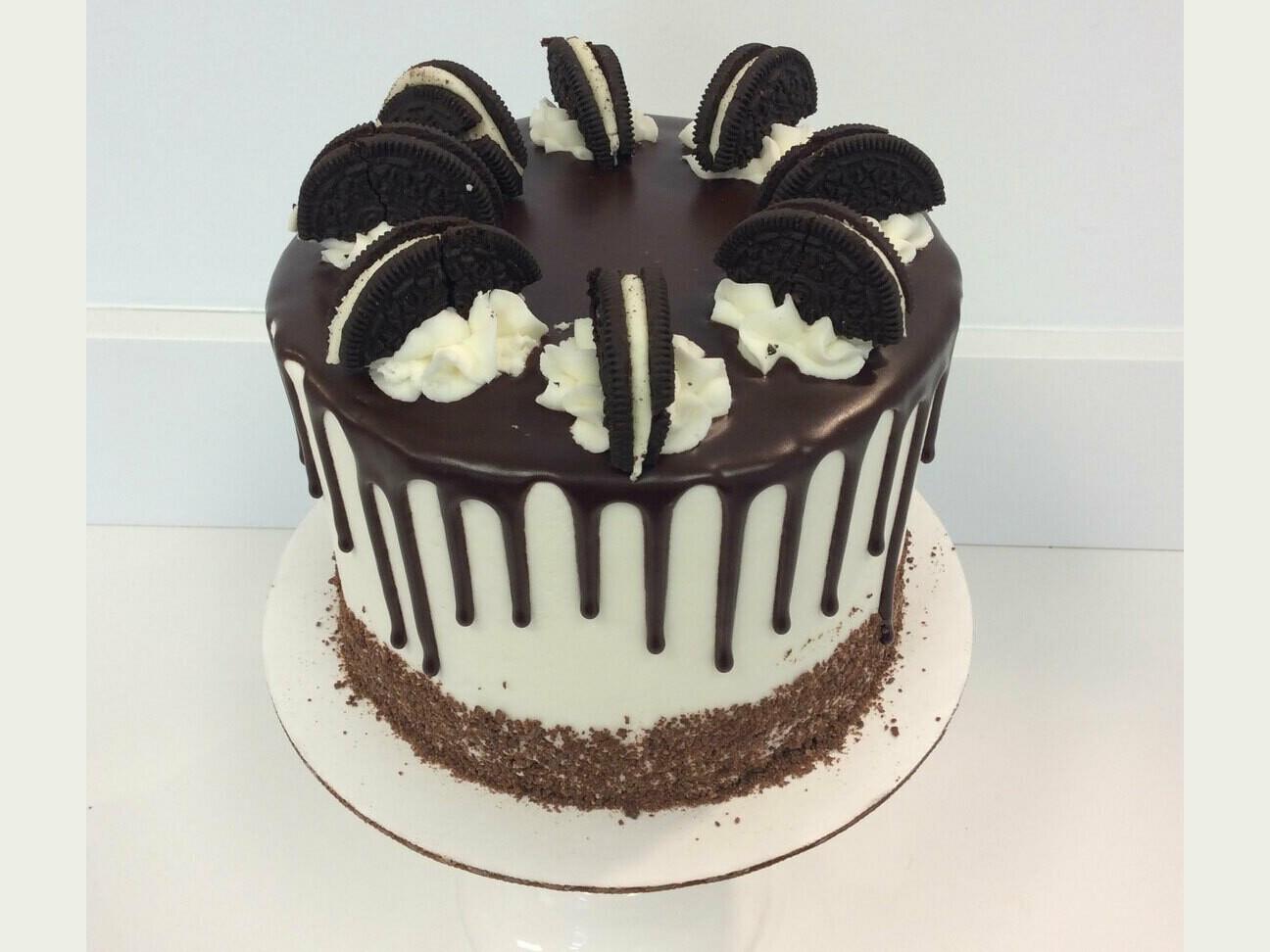 Vanilla Oreo Drip Cake