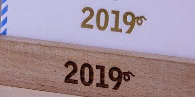 Нанесение логотипа на подставку (печать или гравировка)