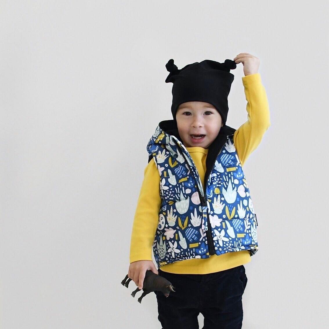 Комплект шапочка с двумя узелками и жилет