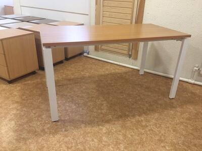 Стол с металлическими опорами