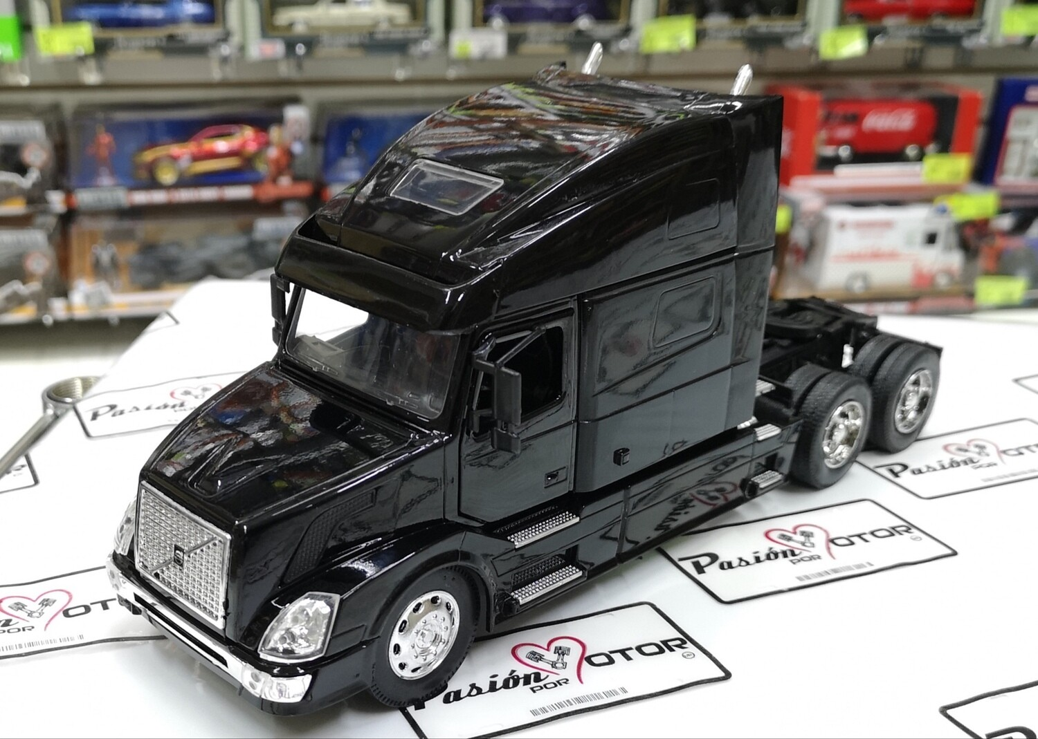 1:32 Volvo VN 780 Negro Tractocamion Cabina New Ray En Display / A Granel