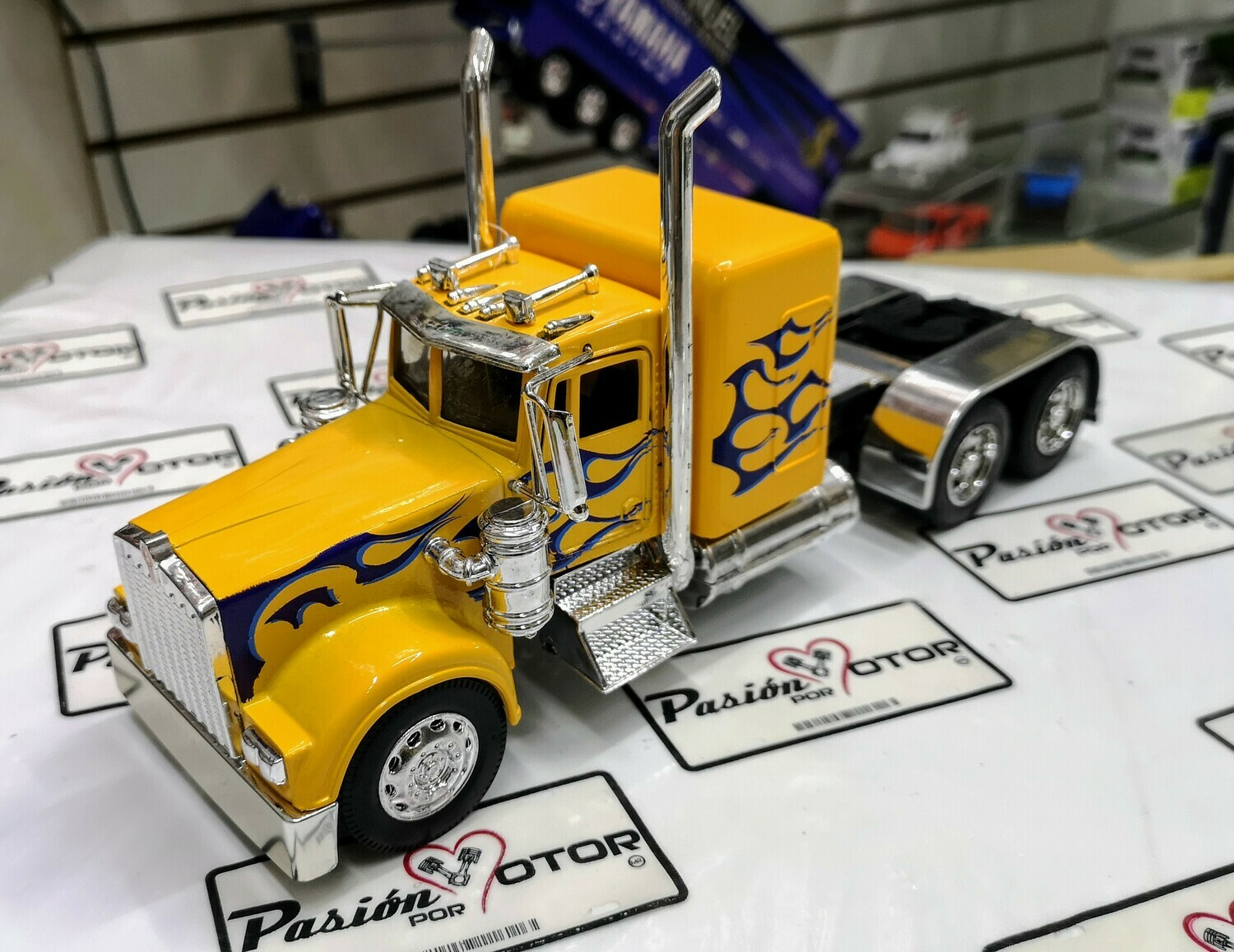 1:32 Kenworth W900 1979 Custom Amarillo Flamas Azul Cabina Tracto New Ray