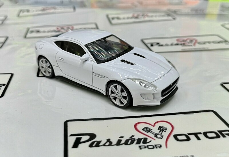 1:43 Jaguar F-Type Coupe 2014 Blanco Welly en Display / a Granel