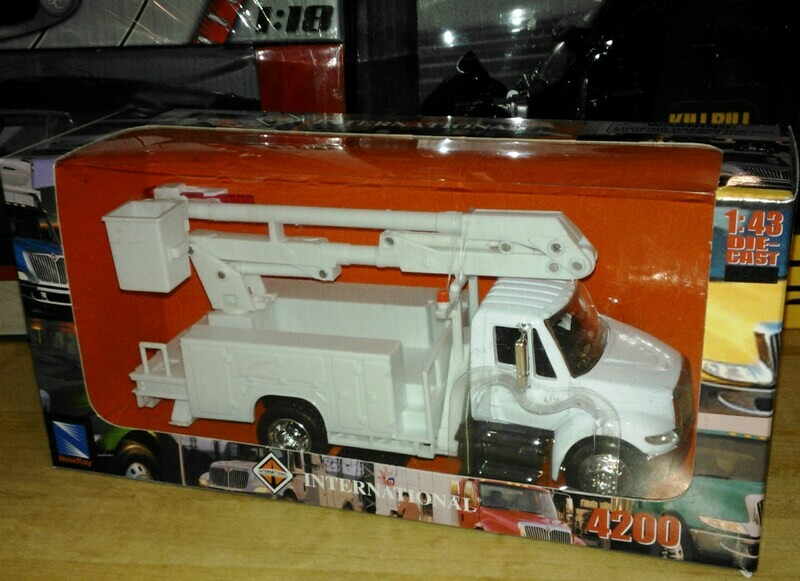 1:43 International Durastar 4200 Con Canastilla Cia de Luz Blanco New Ray